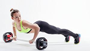 Hintergrundbilder Fitness Weißer hintergrund Braune Haare Körperliche Aktivität Liegestütz Mädchens