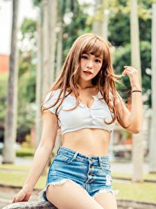 Fotos Asiaten Posiert Shorts Unterhemd Hand Braune Haare junge frau