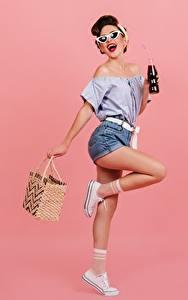 Sfondi desktop Borsetta In posa Ragazza capelli castani Occhiali Le gambe Pantaloncini Blusa Bottiglie Sfondo rosa ragazza