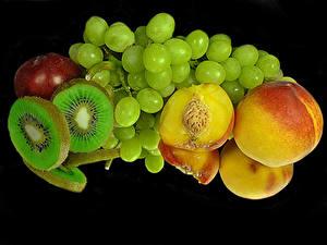 Bilder Pfirsiche Kiwi Weintraube Schwarzer Hintergrund Spiegelung Spiegelbild