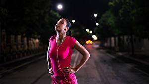 Fotos Abend Braunhaarige Kopfhörer Trainieren Mädchens Sport