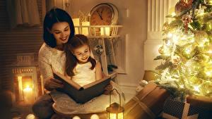 Fotos Neujahr Feiertage Mutter Weihnachtsbaum Lichterkette Bücher Kleine Mädchen Sitzend 2 Lächeln Kinder Mädchens