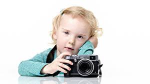 Fotos Kleine Mädchen Blick Fotoapparat Weißer hintergrund