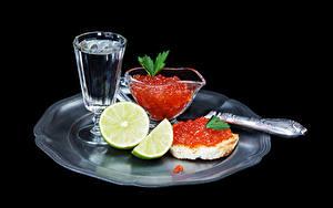 Hintergrundbilder Meeresfrüchte Rogen Butterbrot Wodka Limette Schwarzer Hintergrund Dubbeglas