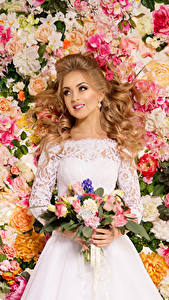 Bilder Sträuße Rosen Blondine Kleid Lächeln Brautpaar Mädchens