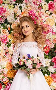 Bilder Sträuße Rosen Blondine Kleid Lächeln Braut junge Frauen