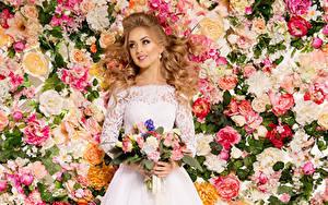 Bilder Sträuße Rosen Blondine Kleid Lächeln Braut Mädchens