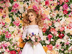 Bilder Sträuße Rosen Blondine Kleid Lächeln Brautpaar