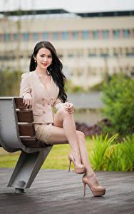 Hintergrundbilder Asiatisches Bank (Möbel) Sitzen Bein Nett Braunhaarige Blick Stöckelschuh junge frau