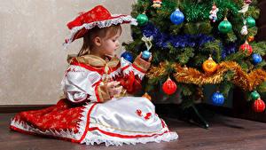 Bilder Neujahr Feiertage Tannenbaum Kleine Mädchen Kleid Sitzen Der Hut Kugeln Kinder