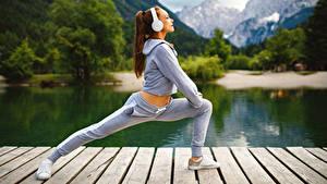 Bilder Fitness Braunhaarige Trainieren Kopfhörer junge frau Sport