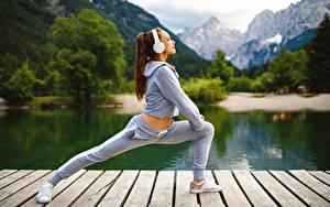 Bilder Fitness Braunhaarige Trainieren Kopfhörer Mädchens Sport