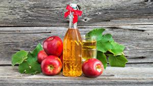 Fotos Fruchtsaft Äpfel Bretter Mauer Flasche Schleife Trinkglas Rot Lebensmittel