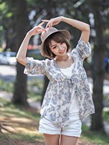 Bilder Asiatische Posiert Der Hut Hand Lächeln Unscharfer Hintergrund Mädchens