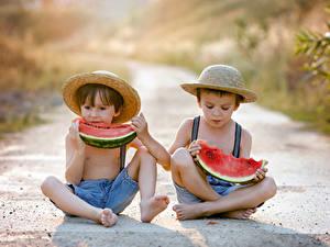 Bilder Wassermelonen Junge Zwei Sitzt Der Hut Kinder