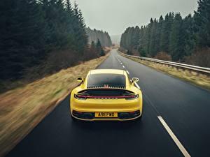Fotos Porsche Straße Gelb Hinten Bewegung 911 Carrera 4S 2019 Autos