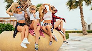 Fotos Resort Bein Brille Sitzend Lachen Mädchens