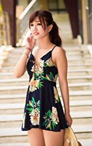 Bilder Asiatische Unscharfer Hintergrund Braunhaarige Hand Kleid