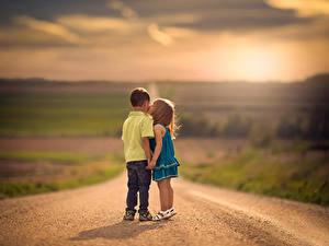 Fotos Straße Unscharfer Hintergrund Zwei Kuss Jungen Kleine Mädchen
