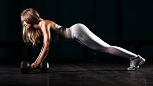 Hintergrundbilder Fitness Bein Liegestütz Hanteln Braunhaarige Trainieren Schwarzer Hintergrund Sportliches Mädchens