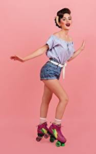 Sfondi desktop Sorriso Ragazza capelli castani Le gambe Pattini a rotelle Pantaloncini Blusa Sfondo rosa Ragazze