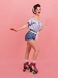 Desktop hintergrundbilder Lächeln Braunhaarige Bein Rollschuh Shorts Bluse Rosa Hintergrund Mädchens