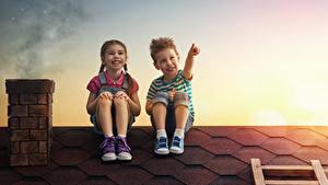 Hintergrundbilder Abend Dach Zwei Jungen Kleine Mädchen Lächeln Sitzend Kinder
