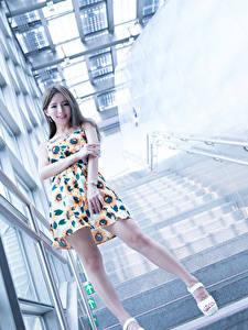 Fotos Asiaten Stiege Lächeln Hand Bein Kleid Mädchens