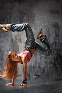 Bilder Blondine Tanz Bein Hand Haar Jeans Mädchens