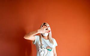 Bakgrundsbilder på skrivbordet En mask Gest Färgad bakgrund Hand T-skjorta Ung kvinna Unga_kvinnor