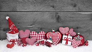 Hintergrundbilder Neujahr Bretter Mauer Schnee Herz Mütze Geschenke Kugeln