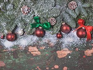 Fotos Feiertage Neujahr Bretter Ast Zapfen Kugeln Schleife Schnee