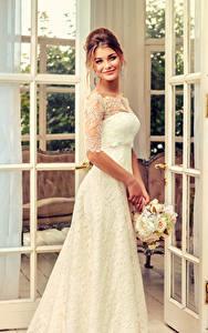Hintergrundbilder Sträuße Braune Haare Bräute Lächeln Kleid junge Frauen