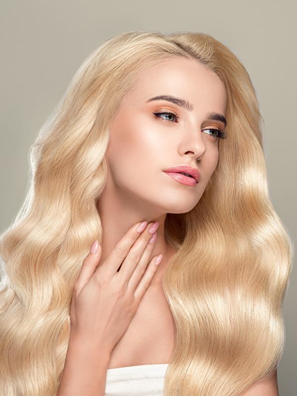 Hintergrundbilder Blondine Haar Mädchens Hand Grauer Hintergrund 600x800 Blond Mädchen