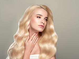 Bilder Grauer Hintergrund Blond Mädchen Haar Hand