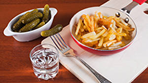 Hintergrundbilder Pommes frites Gurke Wodka Dubbeglas Gabel