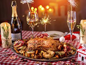 Papéis de parede Ano-Novo Feriados Nomeações de tabela Frango assado Champanhe Velas Copo de vinho Garrafa Sparkler Alimentos