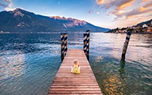 Fotos Italien Gebirge See Bootssteg Kleine Mädchen Sitzt Limone sul Garda Lombardy Natur Kinder