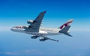 Hintergrundbilder Verkehrsflugzeug Airbus Seitlich Flug Qatar Airways, A380-800 Luftfahrt