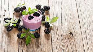 Fotos Brombeeren Joghurt Bretter Trinkglas Lebensmittel