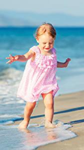 Fotos Küste Kleine Mädchen Kleid kind