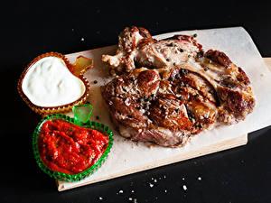 Bilder Fleischwaren Schwarzer Hintergrund Schneidebrett Ketchup Lebensmittel