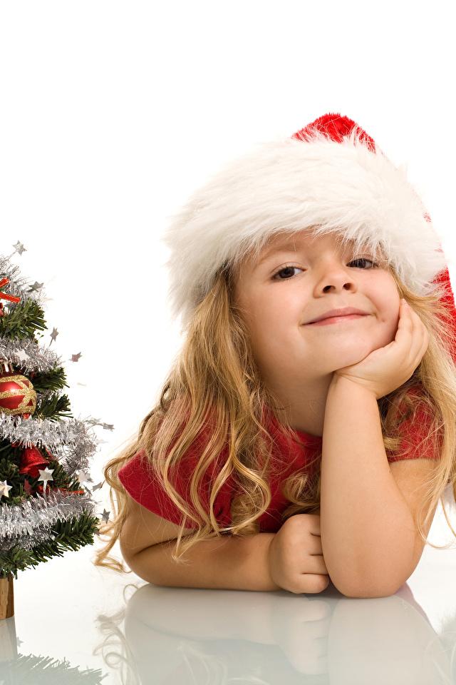 Fotos Kleine Mädchen Neujahr Lächeln Russische Kinder Mütze Christbaum Weißer hintergrund 640x960 Tannenbaum Weihnachtsbaum