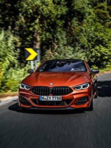 Bilder BMW Vorne Orange Fahrendes Coupe 2018 M850i xDrive 8erG15 Autos