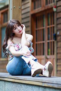 Hintergrundbilder Asiaten Sitzt Jeans Bluse junge frau