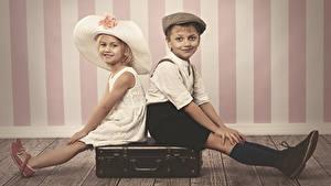 Fotos Mauer Jungen Kleine Mädchen Der Hut Koffer 2 Bein Sitzt Kinder