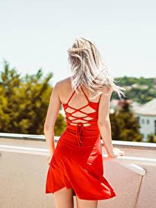 Fotos Blondine Kleid Hinten Rot junge frau