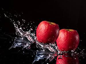 Fotos Äpfel Großansicht Schwarzer Hintergrund Spritzwasser Lebensmittel