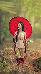 Fotos Asiatische Geht Brünette Regenschirm Mädchens