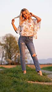 Fotos Pose Blond Mädchen Jeans Bluse Hand Blick Sofia